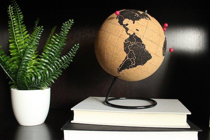 Globe en liège avec pins pour les endroits visités, couple voyageurs cadeau amoureux, coffret cadeau couple original