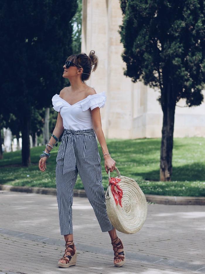 Top blanc épaules dénudées, pantalon a carreau femme, tenue moderne et confortable, sac à main ronde en rotin, cool idée tenue d'été et automne vacances