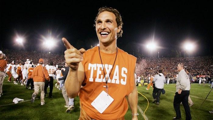 Après avoir obtenu son diplôme en 1993, l'acteur Matthew McConaughey retrouve le campus du Moody College of Communication de l'Université du Texas comme Professeur de Cinéma