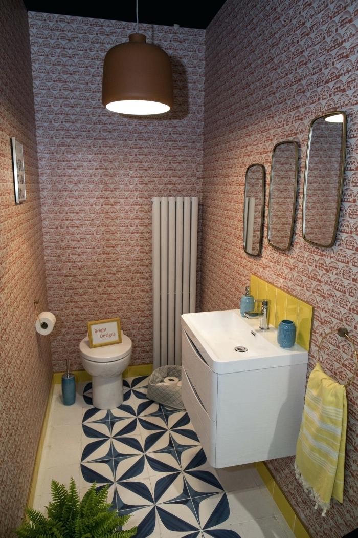 revêtement mural papier peint toilette, aménagement petites toilettes au carrelage sol blanc avec objets déco en jaune