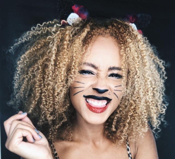 idée deguisement halloween femme, exemple comment se maquiller avec eyeliner noir et rouge à lèvre paillettée
