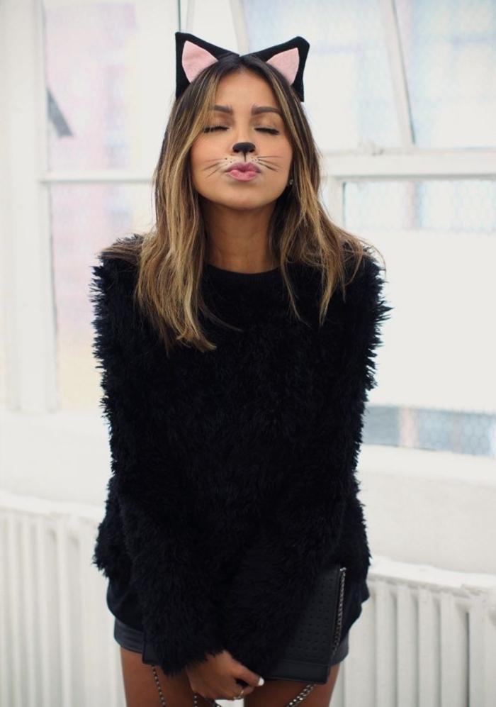 déguisement catwoman facile, tenue halloween en pull faux fur noir avec shorts pour déguisement chat noir femme