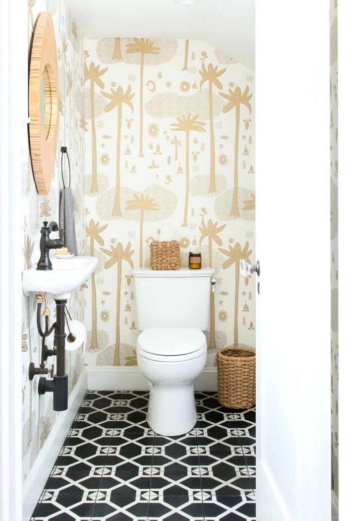 deco wc en blanc et beige, design toilette aux murs papier peint imperméable avec carrelage de sol noir et blanc