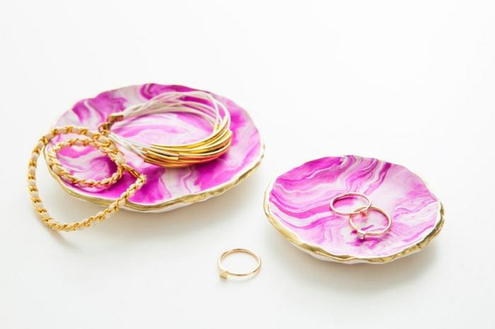 comment faire un support pour bijoux, diy range pour bijoux avec argile bicolore et bords en or, activité manuelle adulte,