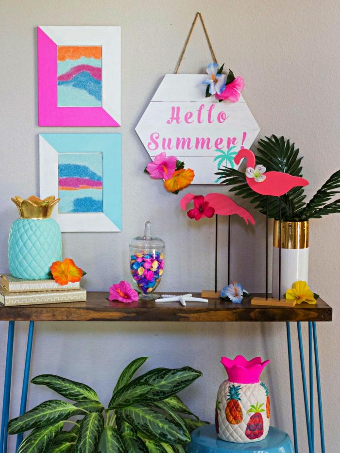 déco tropicale avec tableau de sable abstrait, des vases ananas, des feuilles tropicales et un panneau mural en bois peint blanc