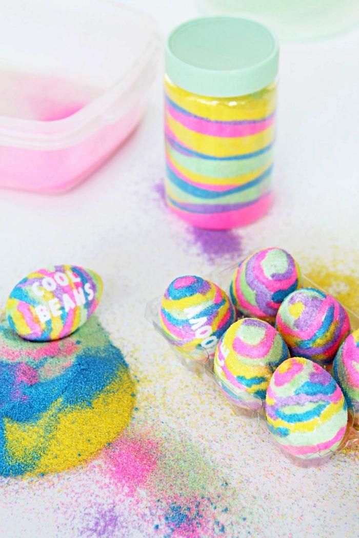 activité manuelle facile et rapide sur le thème de pâques, décorer des oeufs de pâques avec sables colorés