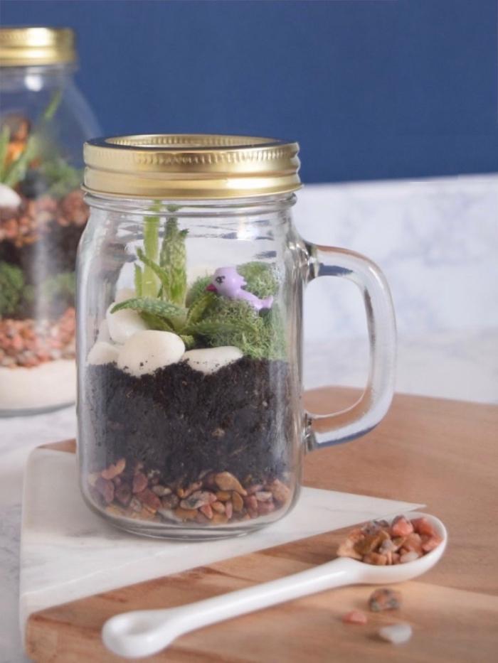 idée recyclage de bocal en verre, bricolage avec bocal, fabriquer un terrarium sous couvercle, terrarium plante bocal