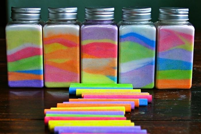 des pots à épices remplis de couches de sel coloré réalisé avec des craies, bricolage avec du sel coloré