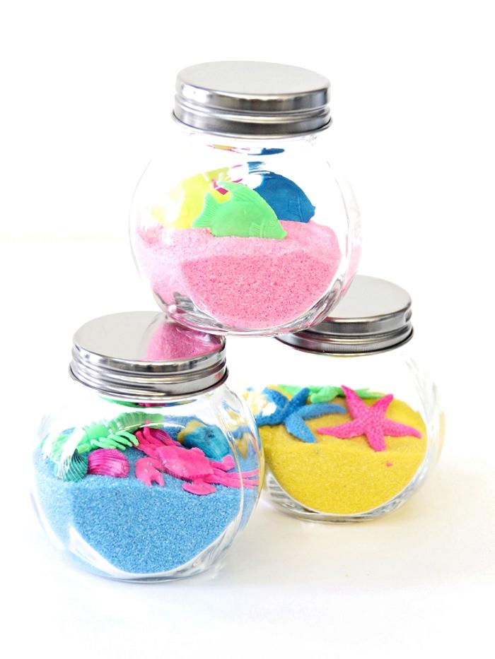 idée d'activité manuelle facile 3-5 ans sur le thème de la mer, pots en verre remplis de sable decoratif