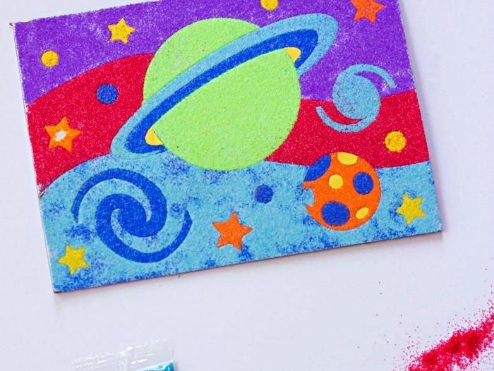 activité manuelle primaire avec du sable decoratif, réaliser un tableau avec du sable et de la colle sur le thème des planètes