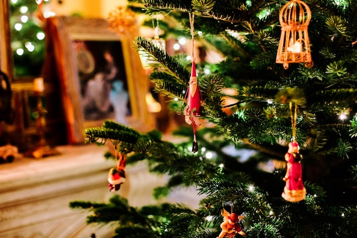 Comment décorer son sapin de noel, jouets de sapin classiques en bois et verre