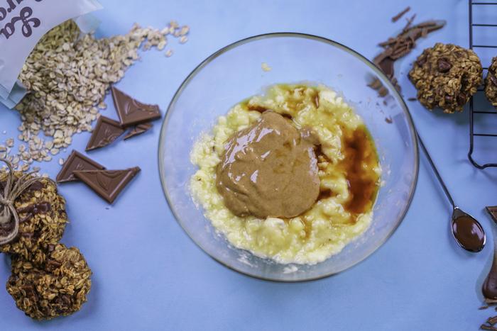 verser la vanille et le beurre de cacahuète pour faires des cookies beurre de cacahuète et flacons d avoine
