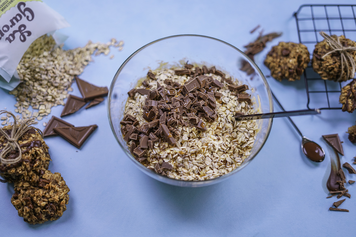 ajouter ses flacons d avoine, copeaux de chocolat et sirop d erable pour faire cookies sans gluten façon healhy
