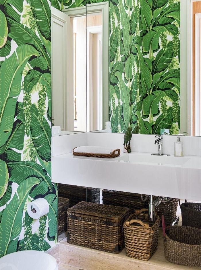 décoration exotiques dans les toilettes avec papier peint tendance feuilles vertes, toilette deco avec paniers tressés