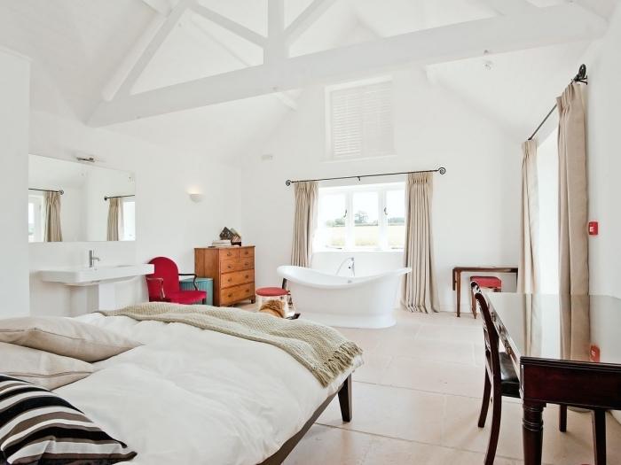 idée décoration chambre blanc et beige avec meubles bois, exemple de grange aménagée avec chambre spacieuse