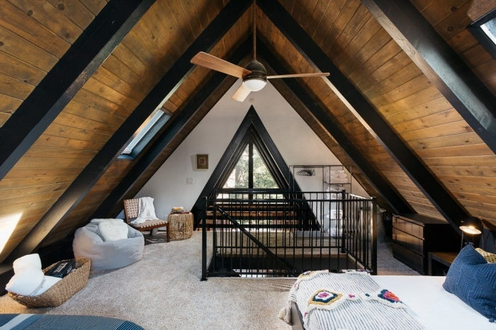 idée renovation grange, chambre à coucher sous pente aux murs bois à décoration meubles bois et accessoires fibre végétale