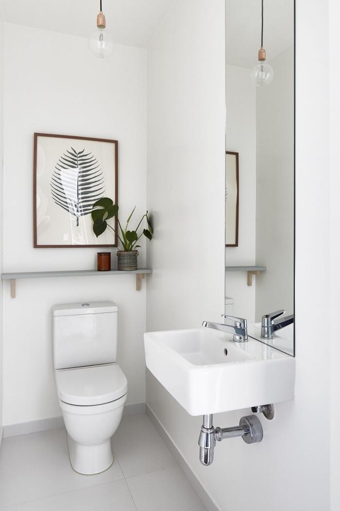 deco toilette zen et style minimaliste aux murs blancs, aménagement petites toilettes, idée éclairage wc avec lampe suspendue