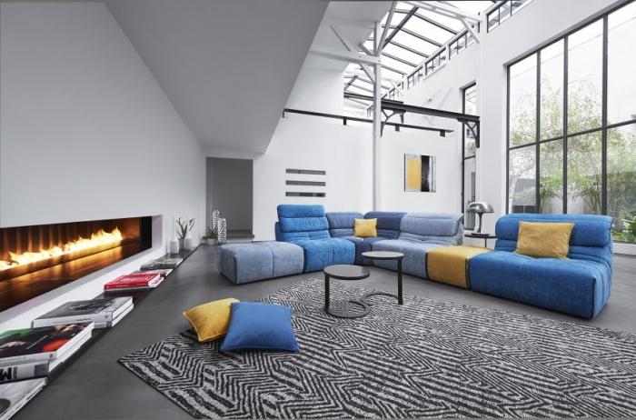 déco salon avec canapé d'angle et chauffeuse de nuances bleues et jaune de la marque Monsieur Meuble