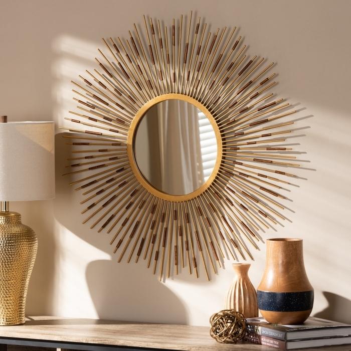 modèle de miroir soleil doré, décoration salon aux murs beige avec meuble bois et noir, accessoires finition or