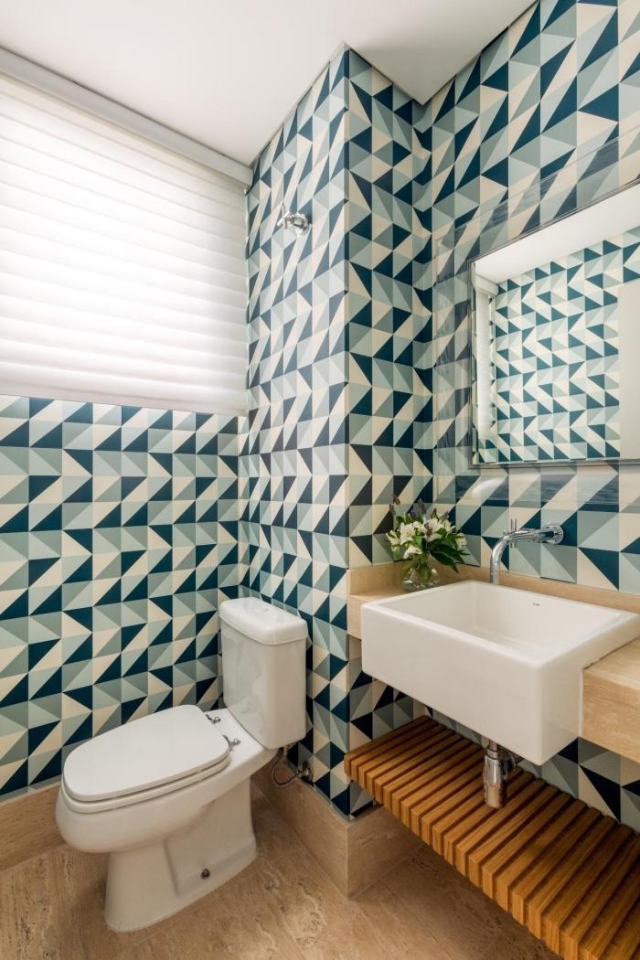 idée papier peint toilette aux motifs graphiques en couleurs bleu gris et blanc, comment refaire ses toilettes