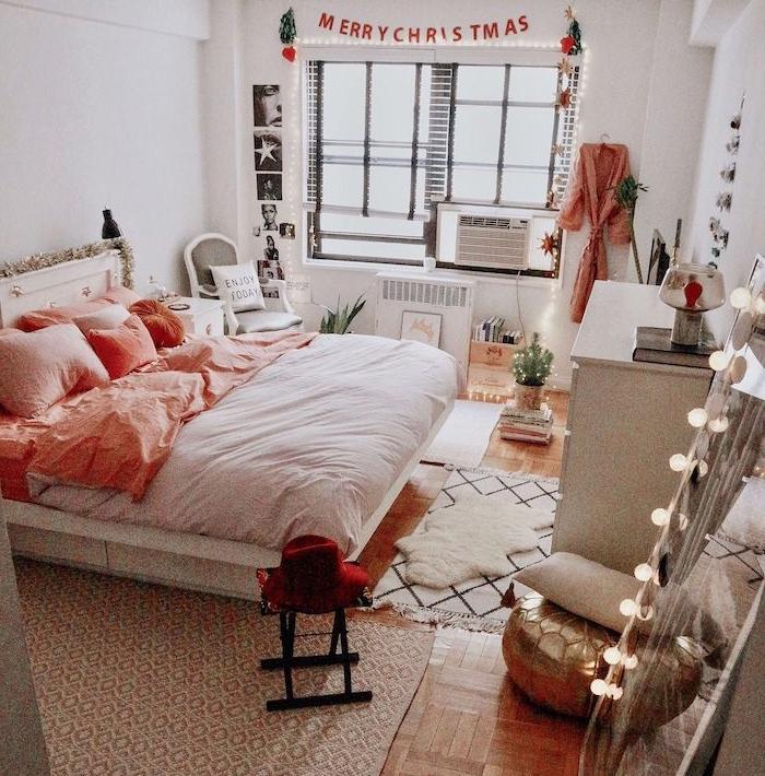 exemple deco chambre adulte pour noel, linge maison rose et blanc, multitude des tapis variés, miroir décoré d une guirlande lumineuse, murs blancs, deco murale art graphique
