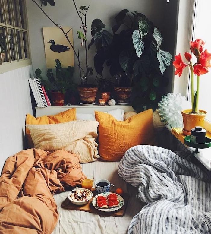 idee comment amenager une chambre petit espace 2m2 avec linge de lit marron, beige, jaune er couverture noir et blanc, tete de lit végétalisée