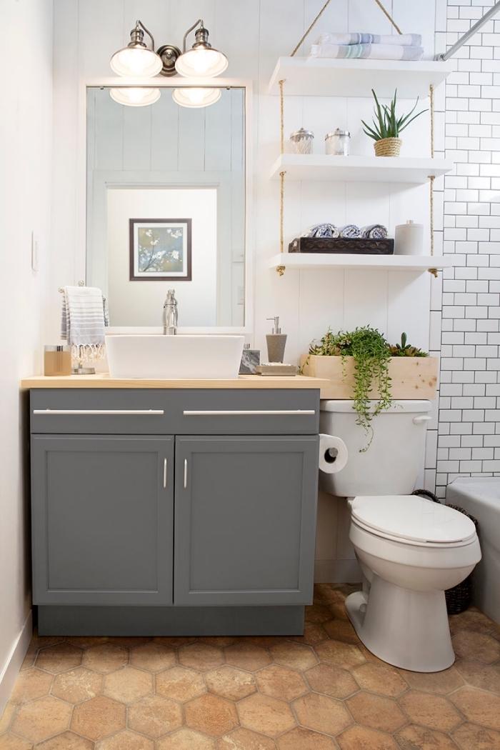 idée faience wc, aménagement toilette aux murs blancs avec meuble lavabo toilette en gris et accessoires bois