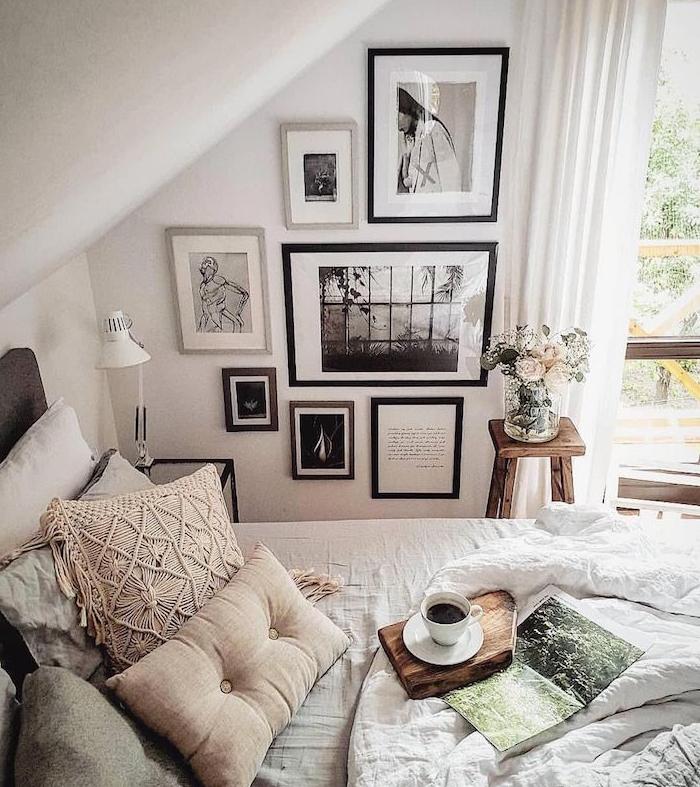 exemple de cha,bre sous pente en blanc, deco murale chambre photos et images noir et blanc, linge de lit blanc et beige, multitude de coussins entassés