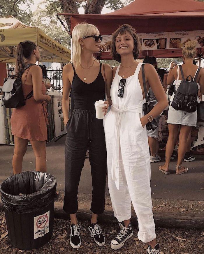 Deux amies bien habillées, pantalon en lin et salopette pantalon long lin blanc, idée tenue tout noir avec pantalon crayon, femme moderne tenue avec basket