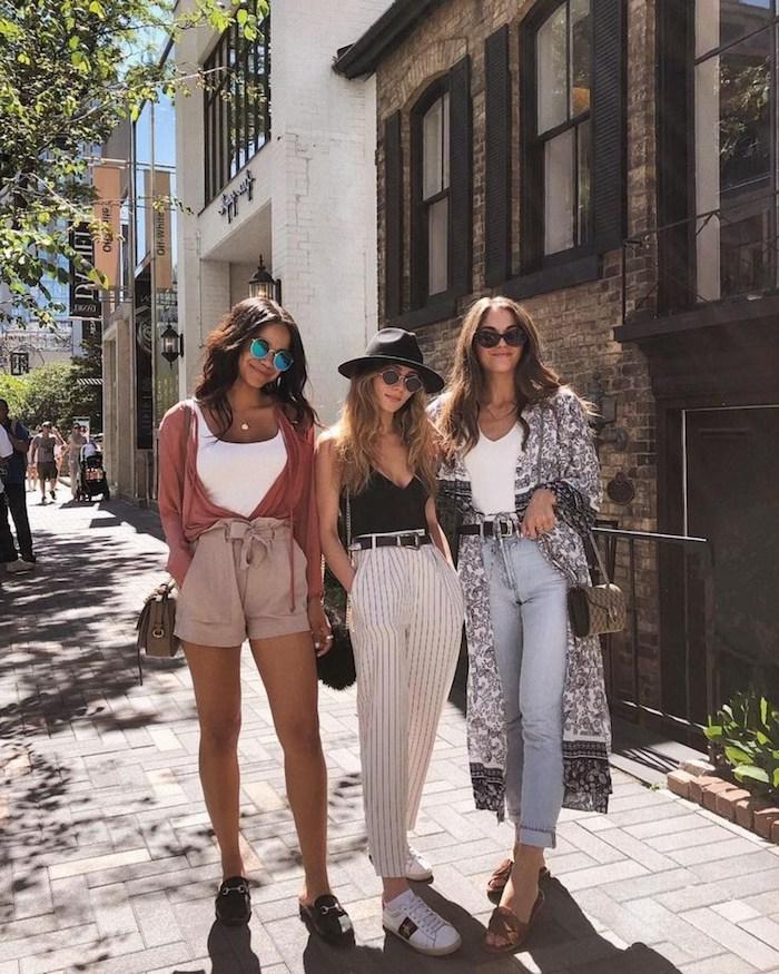 Trois amies joliment habillées, pantalon taille haute femme, inspiration pantalon carotte femme, jean et kimono longue, pantalon court et chemise