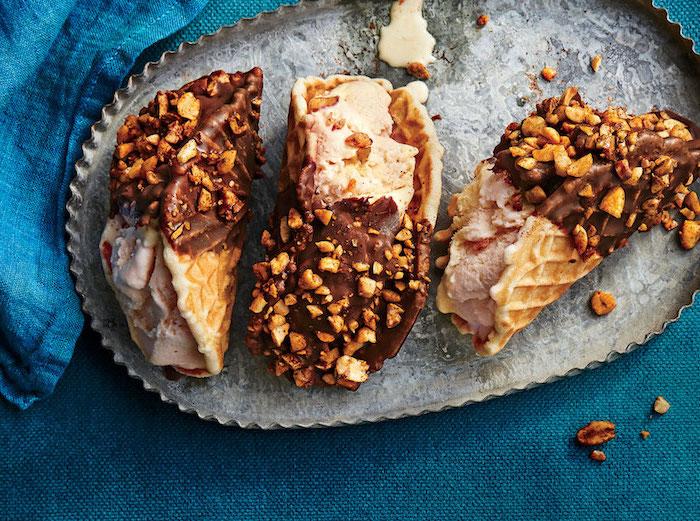 tacos sucrés à la glace vanille nappés de chocolat et saupoudrés de noix, recettes d'amuse-bouches sucrés