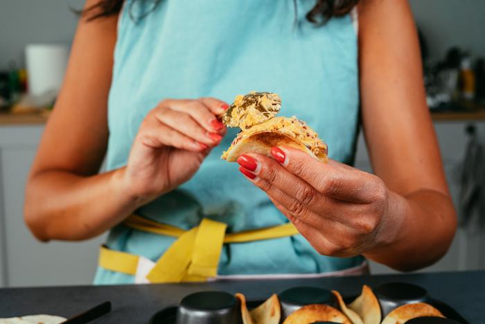 garnissez les tacos avec la préparation à base de fromage cheddar, fromage frais, poulet et légumes frais, idée apéro rapide et simple à préparer