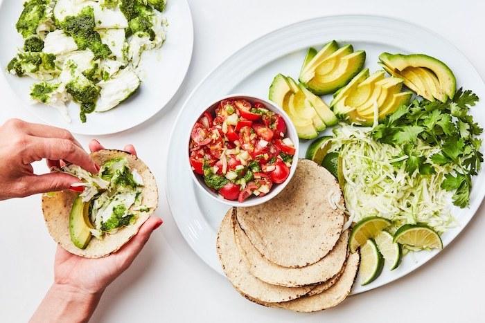tacos de poisson à l'avocat, salsa mexicaine, chou fleur et persil, wraps de tortillas de poisson en apéro léger