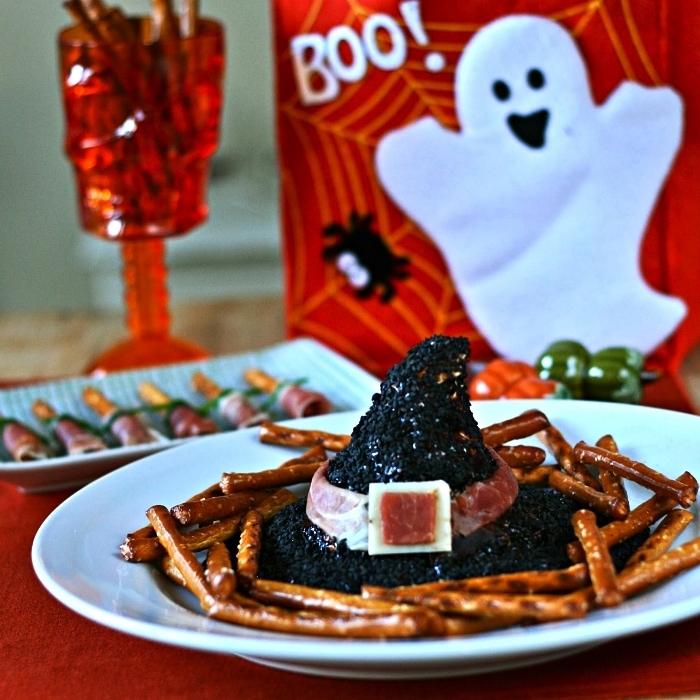 recette facile pour amuse bouche halloween, chapeaux de sorcière au fromage frais sur une base de cracker salé