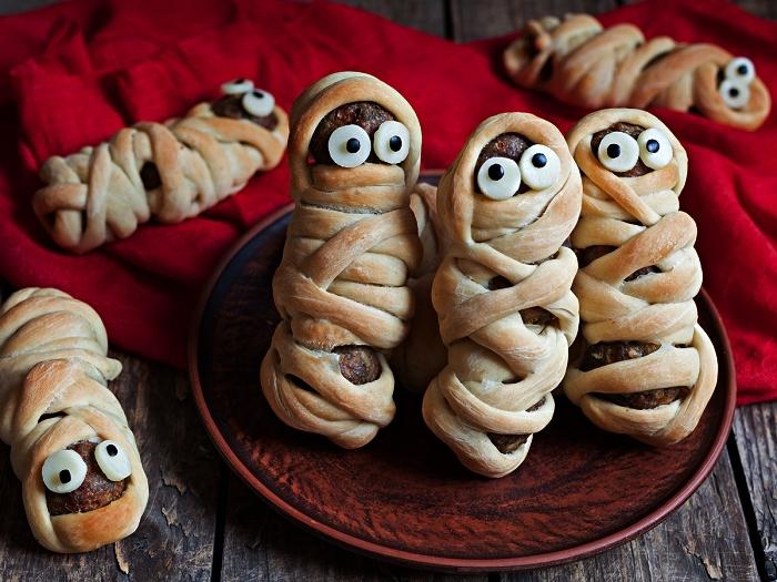idee apero dinatoire pour halloween, recette de boulettes de viande enveloppées de pâte à pizza façon momies