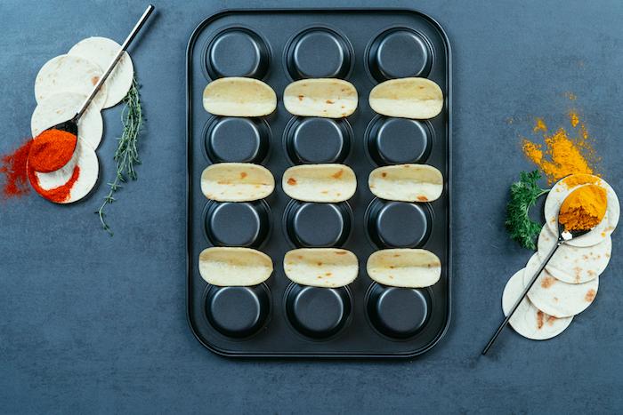 faire cuire des mini-tacos sur l'envers d'un moule à muffins, idées de recettes pour un apero dinatoire facile et rapide