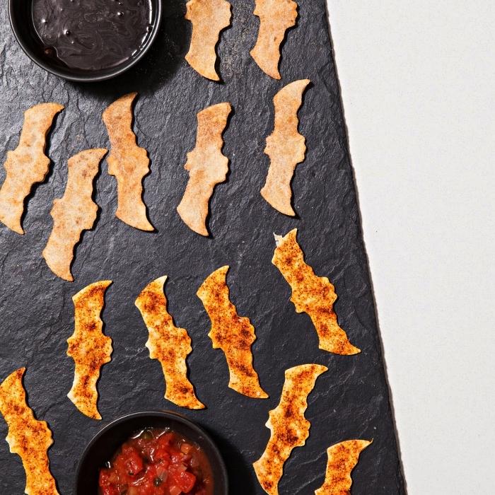 salsa piquante et houmous aux haricots noirs avec chauves-souris de tortillas, amuse bouche rapide pour apero
