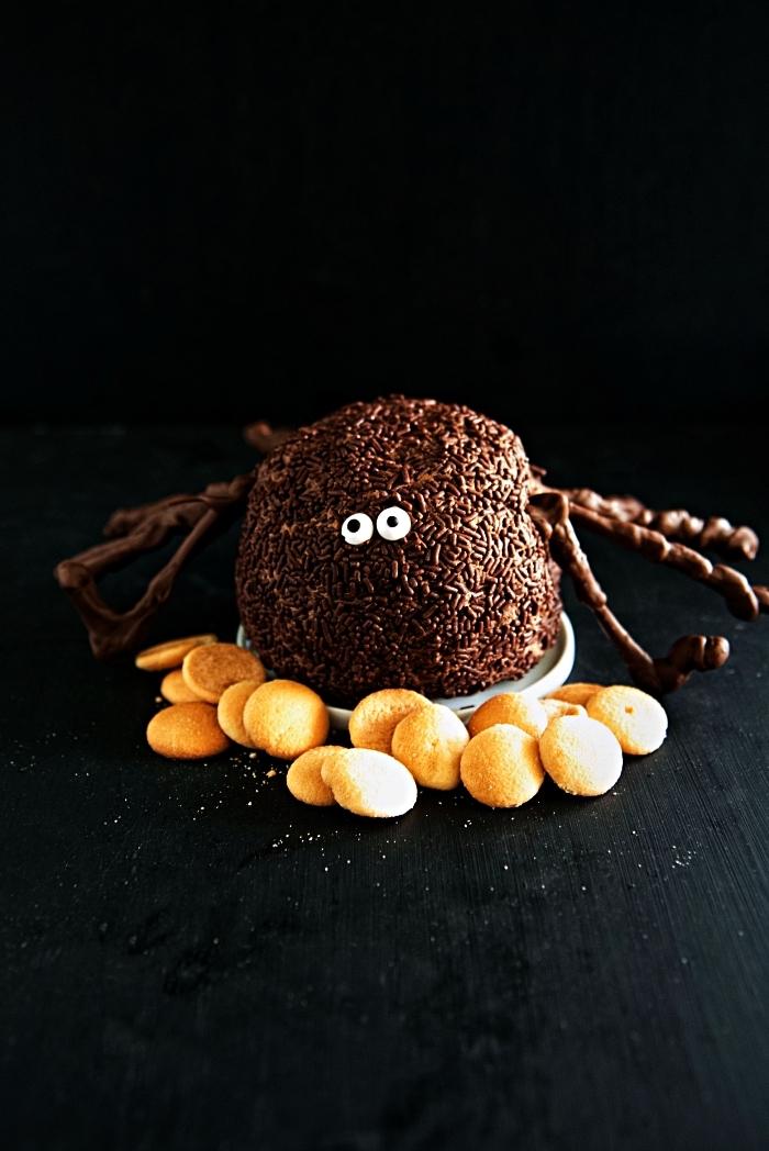 dessert d'halloween facile et originale, boule de cheesecake façon araignée servie avec des petits sablés