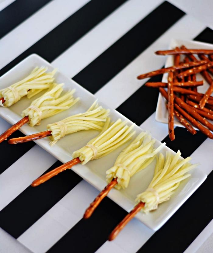 idées de recettes pour un apero dinatoire original sur le thème d'halloween, balais de sorcière au fromage et bretzel