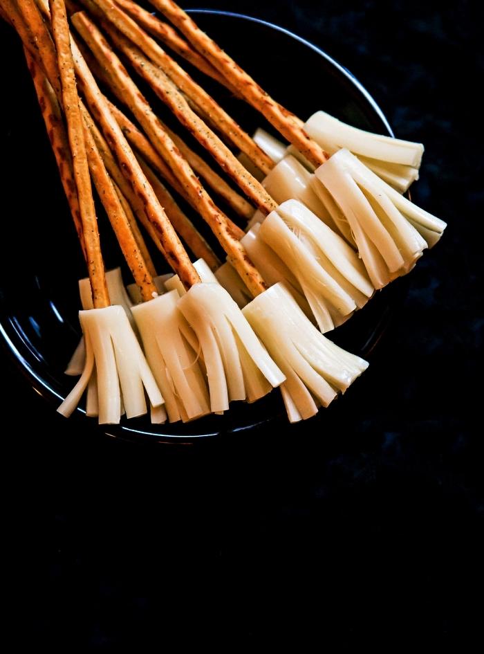 idées de recettes pour un apero dinatoire original, balais de sorcière au fromage et bretzels pour l'apéro d'halloween