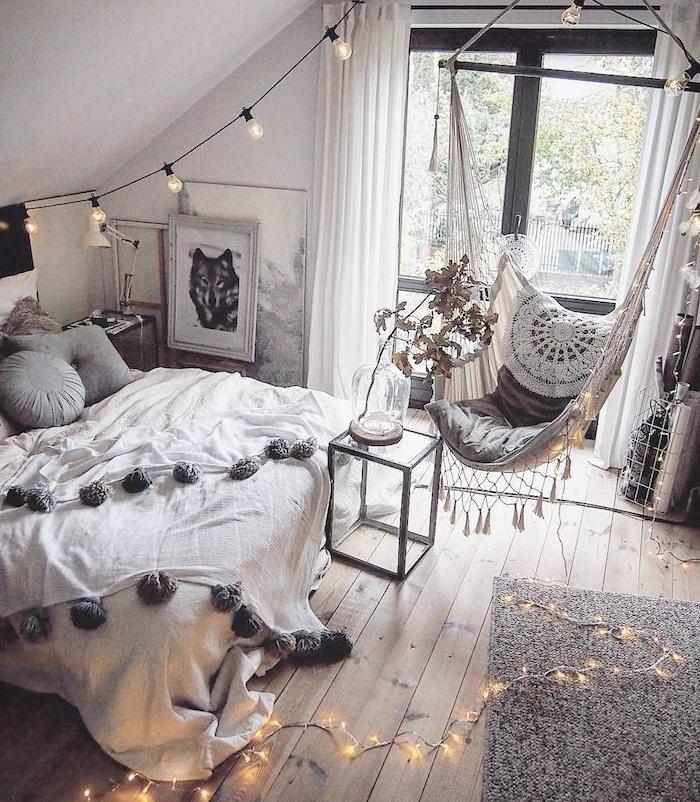 deco cocooning dans une chambre scandinave deco nordique en gris et blanc, parquet bois vrut, tapis gris, hamac interieur chambre