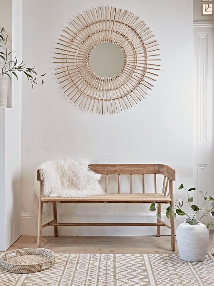design intérieur style minimaliste avec objets déco bois, modèle de miroir osier fait main avec bâtonnets en forme soleil