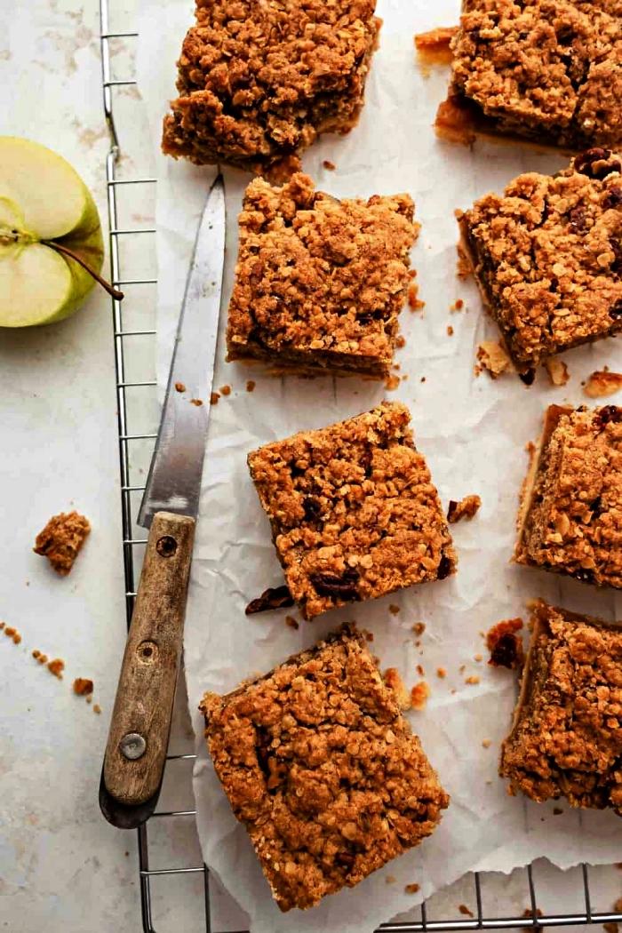 carrés de gâteau aux pommes et à la cannelle, gâteau moelleux aux pommes, idée de dessert facile et rapide et original à base de pommes