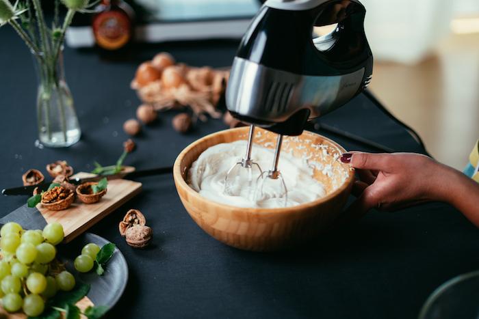 recette pate a crepe a faire soi meme avec farine tout usage, oeufs et lait, battre le mélange d oeufs