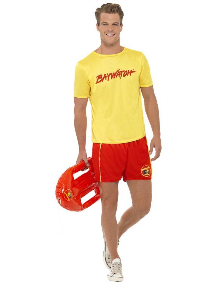 Baywatch déguisement homme, look année 90 tv série iconique, short rouge et t-shirt jaune, idée déguisement film culte de XXe siecle