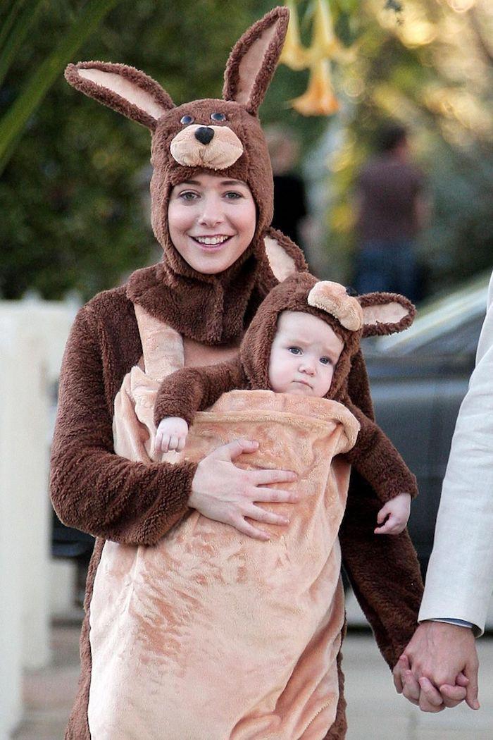 Alyson Hannigan habillée comme un kangourou avec son bébé, idée deguisement halloween fille, deguisement enfant et mère original