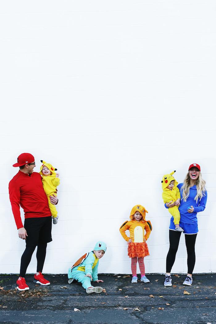 Pokemon deguisement bebe halloween, originale idée deguisement famille avec quatre enfants, jumeaux costumés comme pikachu