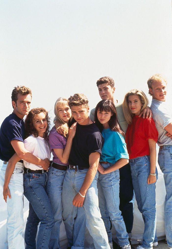 Beverly Hills 90210 cast, imiter le style année 90 jean et t-shirt coloré dans le jean taille haute et manches retroussées, tenue etre une celebrite pour halloween