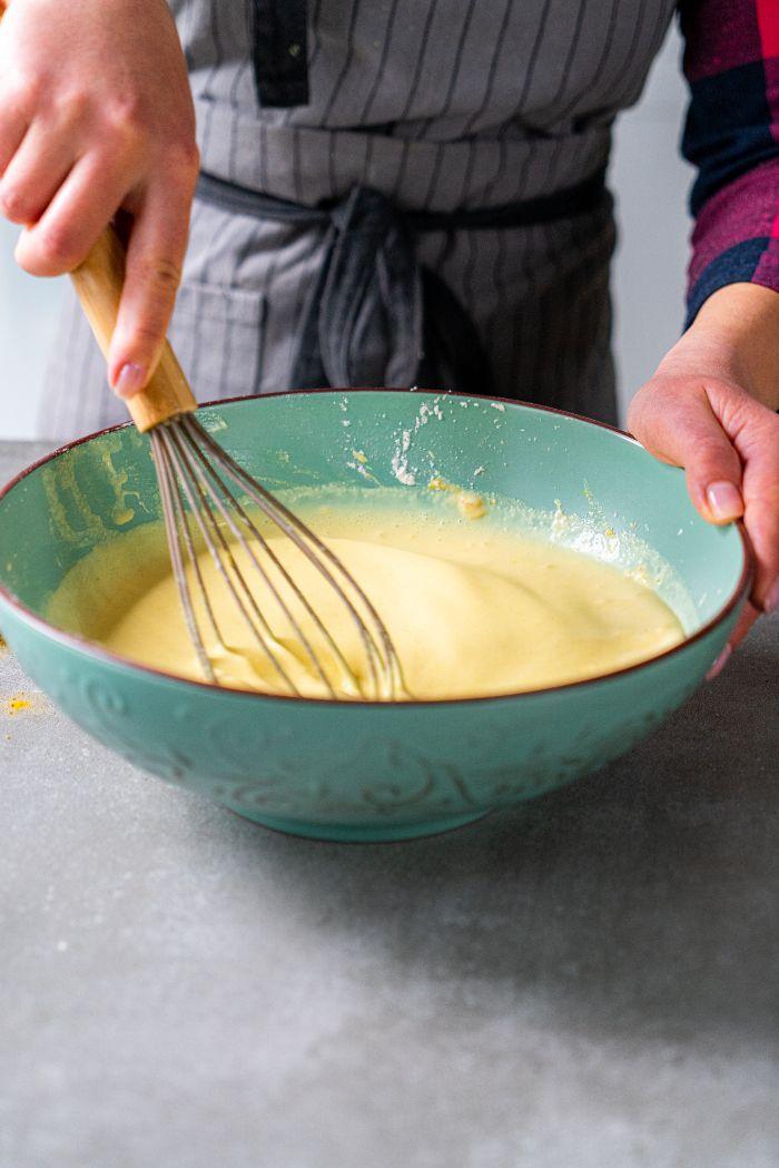 incorporer tous les ingredients pour faire la meilleure pate a crepe legere, idee petit dejeuner ideal pour perdred e poids, recette crepe net roti jala