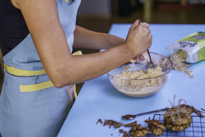 melanger les bananes avec la vanille et le beurre de cacahuète, recette de cookies healthy a faire soi meme